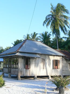 http://chipmunkjumpink.files.wordpress.com/2009/05/rumah-limas-bangka-belitung.jpg